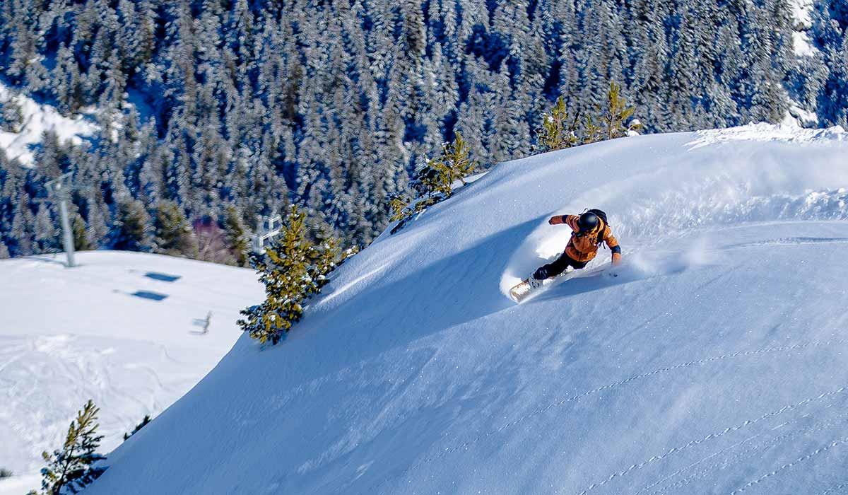 Snowboarder off piste at Cab9 snowboard school La Tania